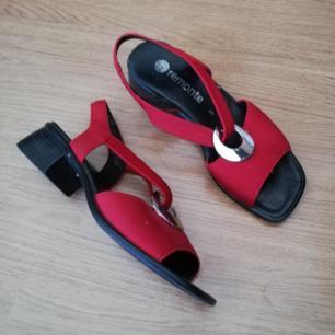 Röda vintage sandaler i stl 38. Frakt 63 kr.