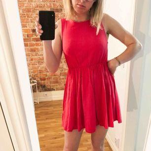 En jättehärlig rosa klänning från H&M som är flitigt använd. Väldigt skön en varm sommardag!  Ryggen går hela vägen upp med dragkedja från midjan, som har resår. Frakt ingår!