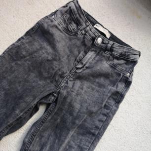 Grå/svart Jeans från Gina Tricot i strechigt tyg och figurnära passform. Hög midja 🙂