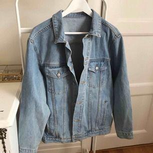 Oanvänd jeans jacka köpt i New york från Brandy Melville - John Galt . Inga lappar inuti, men är one size som passar S och M beroende på hur man vill att den ska sitta. Köpt för 65$ helt oanvänd så säljs för 300 kr, frakt ingår i priset
