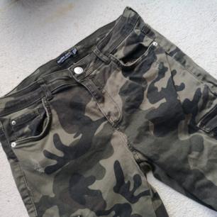 Militärbyxor från Bershka 🙂  strechigt tyg. Fickor på benen. Dragkedja vid foten