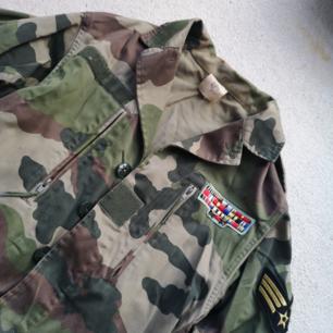Vintage militärjacka med snygga detaljer 🙂  jag uppskattar storleken till M/L (dam) och S/M (man) då det inte finns någon lapp