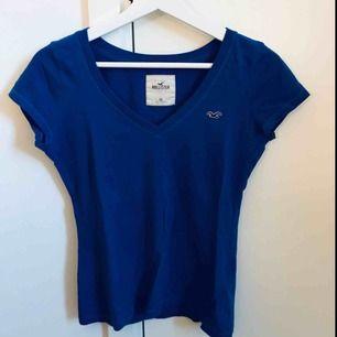 Fin blå v-ringad T-shirt från Hollister, strl XS. Kommer aldrig till användning så därför säljer jag den, sparsamt använd! Köparen står för frakten 💫