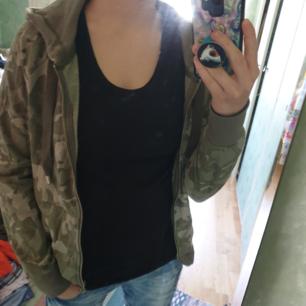 Camouflage hoodie. Använd vid få tillfällen. Frakt inte inkluderad i priset.