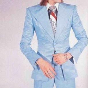 söker en ljusblå kavaj då jag ska behöver en david bowie kostym! skriv gärna om ni har en som ni vill bli av med! måste inte vara exakt som på bilden bara den är ljusblå så blir det bra :)