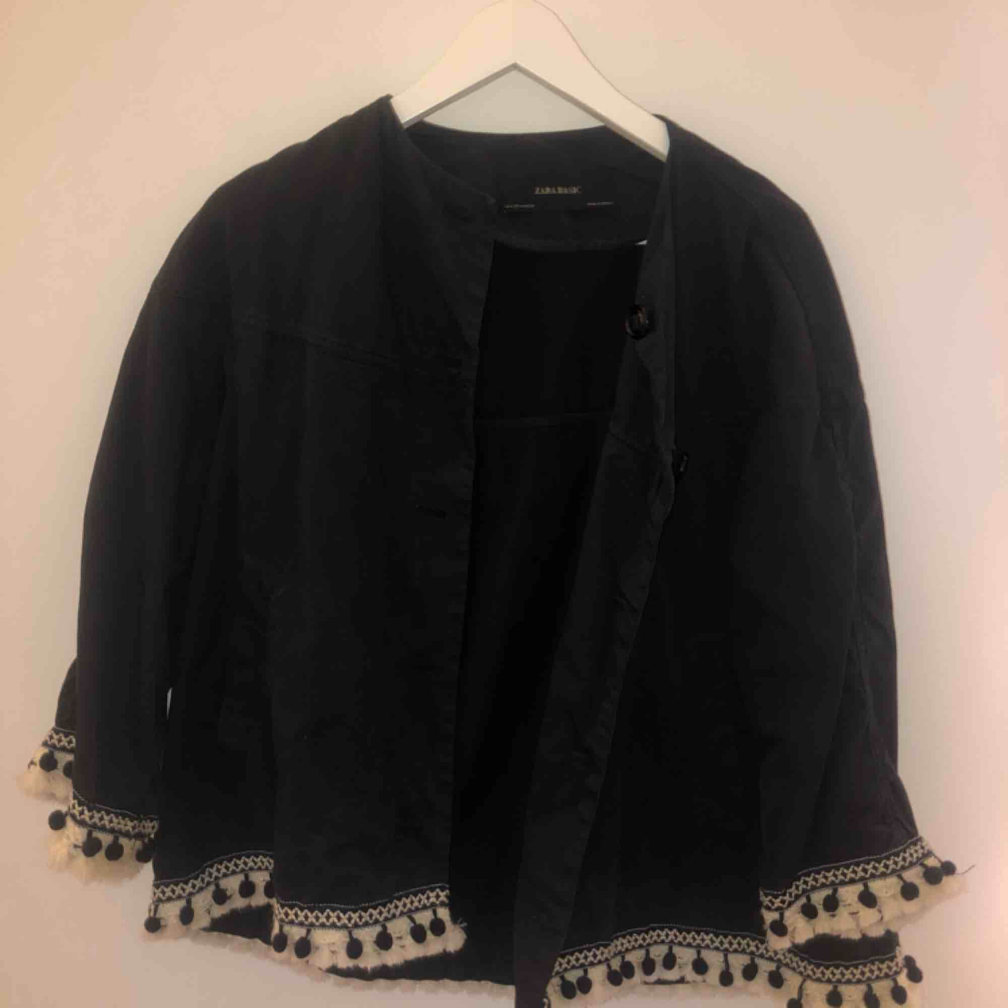 Tygjacka från Zara med detaljer längst armar och midja. Köpt för 499kr. Kan mötas upp i Stockholm annars tillkommer frakt. . Jackor.