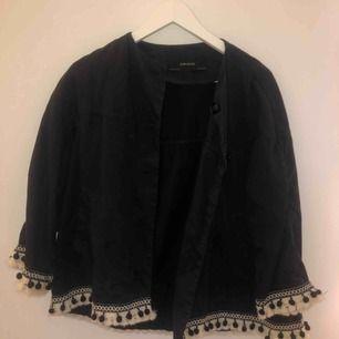 Tygjacka från Zara med detaljer längst armar och midja. Köpt för 499kr. Kan mötas upp i Stockholm annars tillkommer frakt.