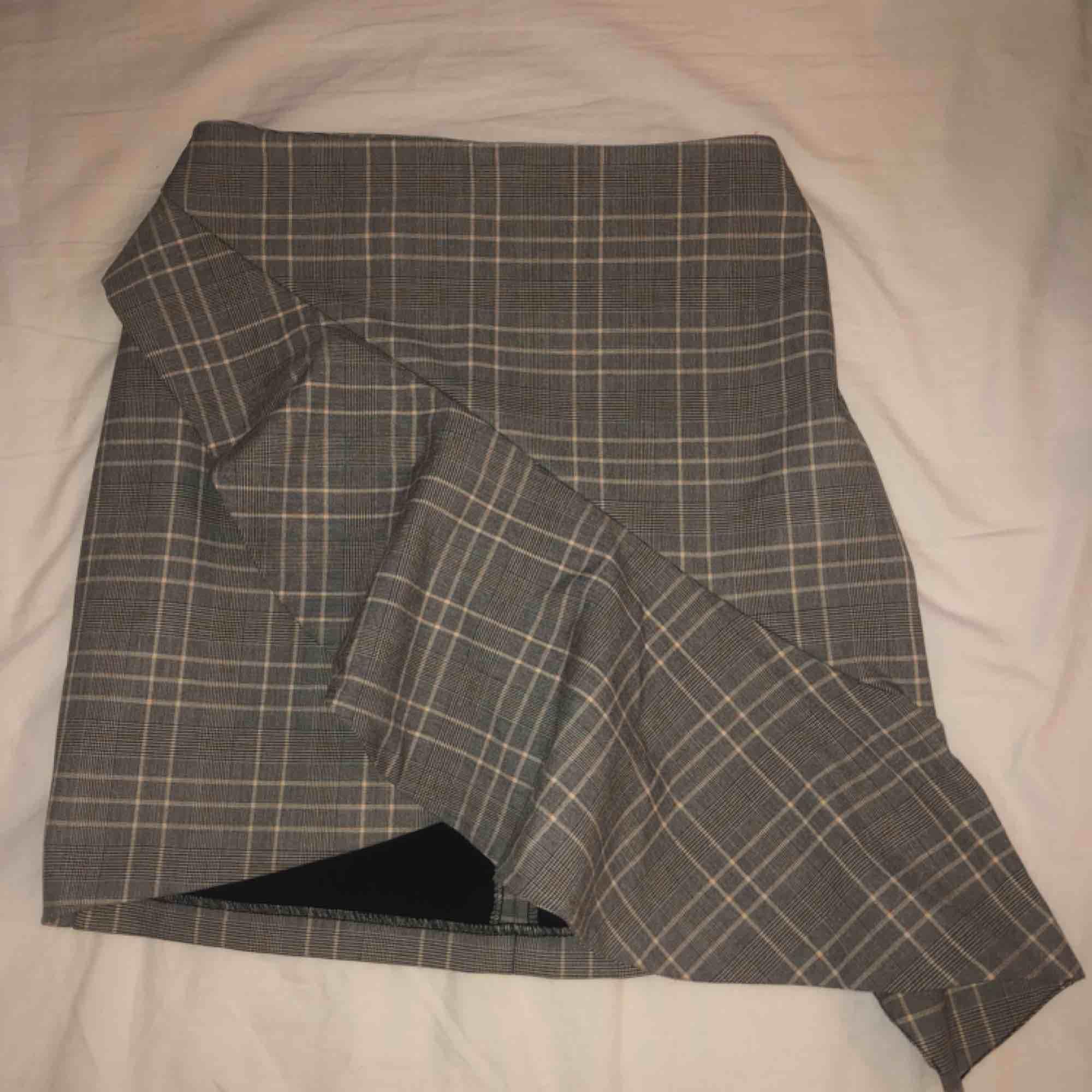 Fin volangkjol från H&M, aldrig använd, endast provad. Kan mötas upp i Stockholm annars tillkommer frakt. . Kjolar.