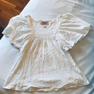 Jättefin tröja från H&M med detaljer på bröstet (kan givetvis stryka tröjan innan jag skickar den), strl XS.