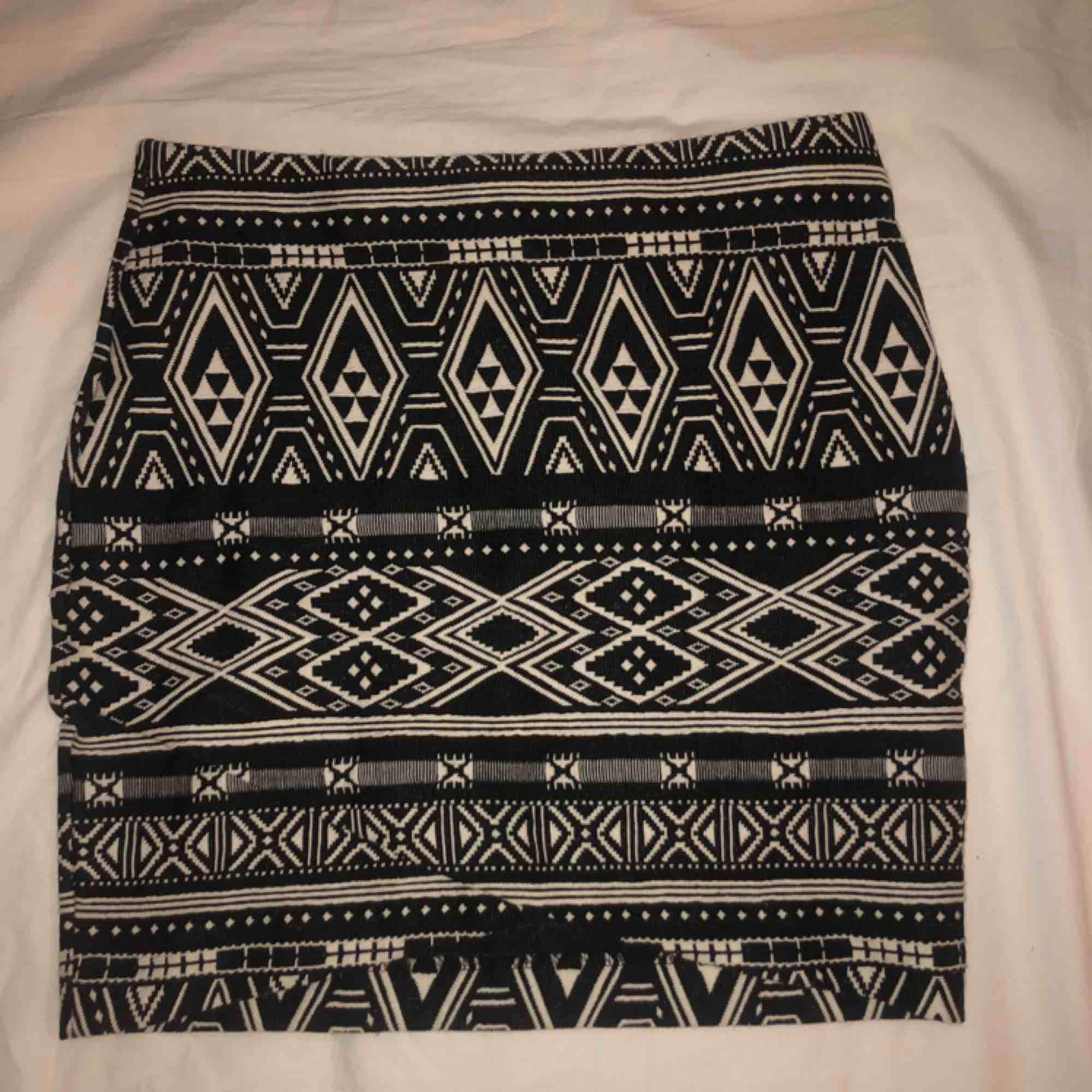 Mönstrad omlott kjol från H&M, använd endast 1 gång. Svårt att få me omlotten på bild då allt är samma mönster. Kan mötas upp i Stockholm annars tillkommer frakt till priset. . Kjolar.