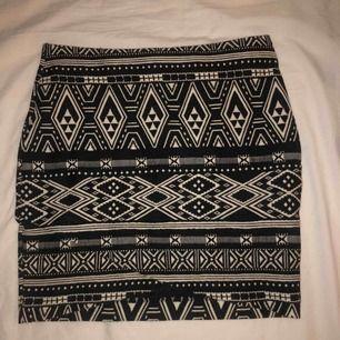 Mönstrad omlott kjol från H&M, använd endast 1 gång. Svårt att få me omlotten på bild då allt är samma mönster. Kan mötas upp i Stockholm annars tillkommer frakt till priset.