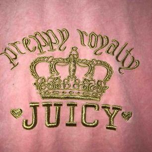 Jätte fin juicy couture kofta. Tyvärr osäker på äkthet där av priset. Storlek M men liten i storleken. Köpare står för frakt🥰