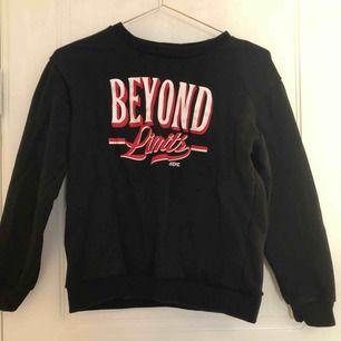Svart sweatshirt med tryck. Storlek s men liten i storleken! Köpare står för frakt🥰