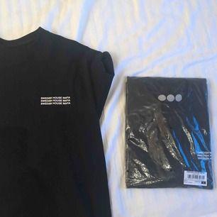 Säljer TVÅ asballa T-shirts från Swedish House Mafia!!! Råkade beställa 4 när vi skulle ha 2🥺 Sista bilden är tröjans baksida & första bilden är framsidan.  T-shirtsen är kvar i plasten. Alltså aldrig ens provade. Frakt tillkommer ❕❕❕❕