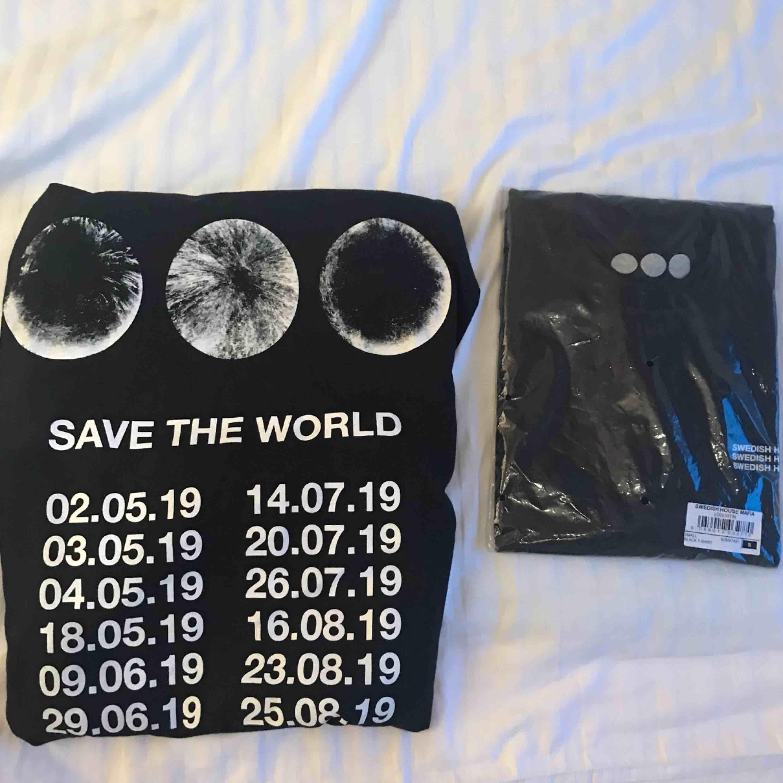Säljer TVÅ asballa T-shirts från Swedish House Mafia!!! Råkade beställa 4 när vi skulle ha 2🥺 Sista bilden är tröjans baksida & första bilden är framsidan.  T-shirtsen är kvar i plasten. Alltså aldrig ens provade. Frakt tillkommer ❕❕❕❕. T-shirts.