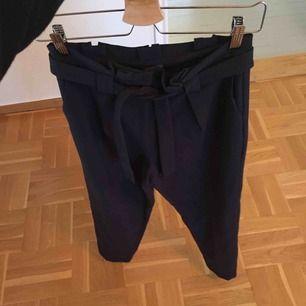 Fina kavajbyxor/chinos i mjukt tyg från Kiomi köpta från Zalando strl 34. Dom är mörkblåa/blåsvarta. Aldrig använda!  Frakt ingår i priset!