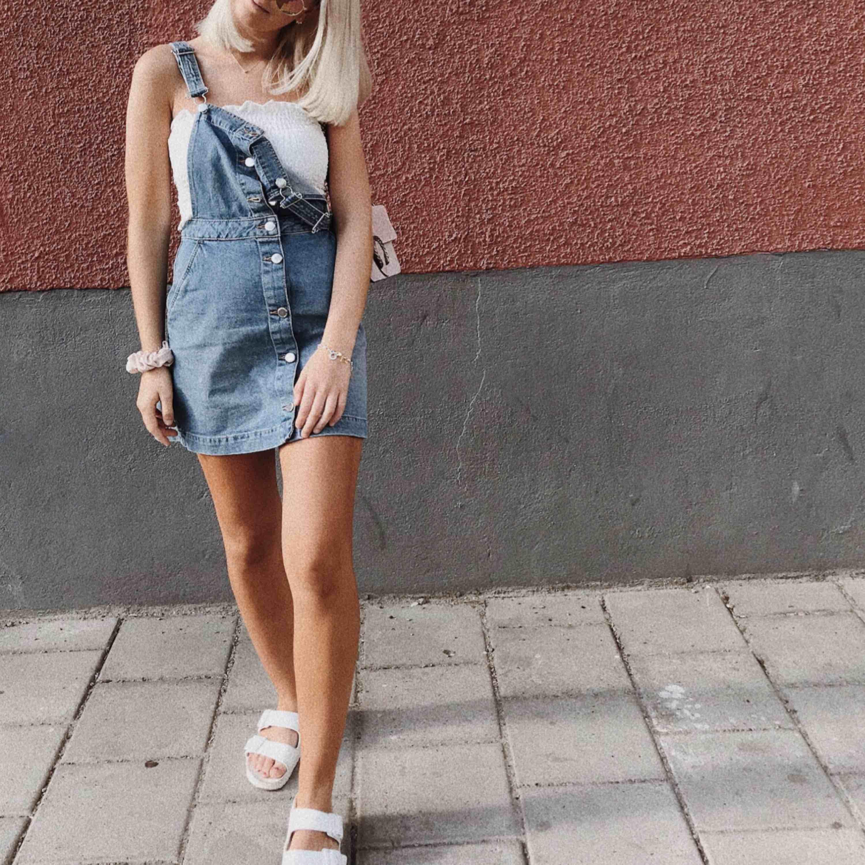 Blå jeansklänning från H&M! I superfint skick🦄. Klänningar.