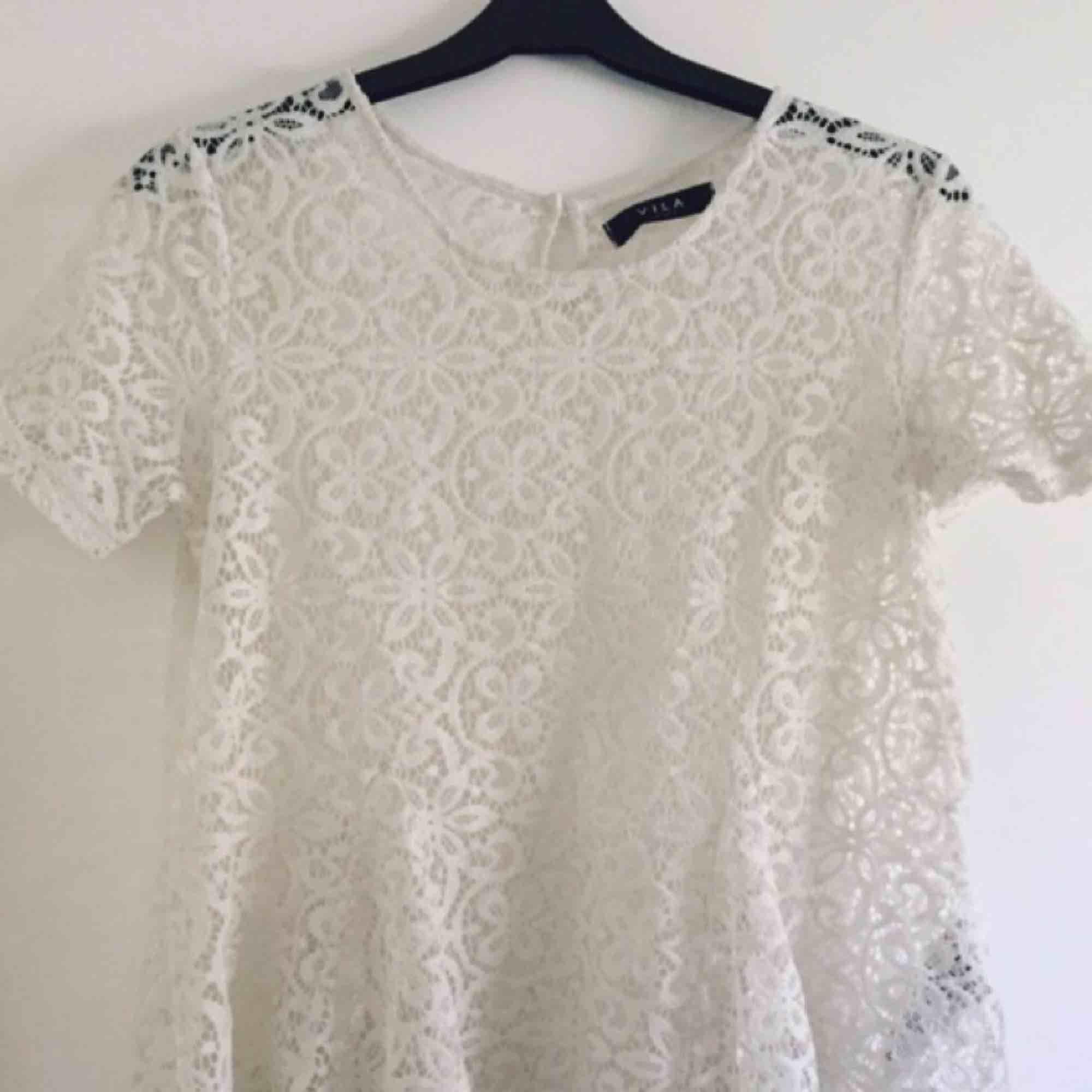 Strl M - 90 kr (ink frakt) Vit t-shirt i spets från Vila. Strl M men passar även S.. Toppar.