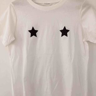T-shirt med två stjärnor på båda brösten. Säljs pga fel storlek.
