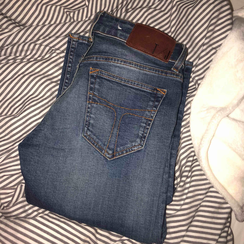 Säljer mina tigers. Inköpta för ca 1500!🦄 storlek 26/34 passar en XS-S . Jeans & Byxor.