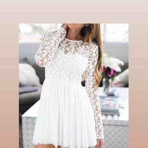 Jättefin vit klänning från DM retro i nyskick (endast använd 1 gång i några timmar)🌟🌸 Kan mötas upp i Stockholm eller frakta