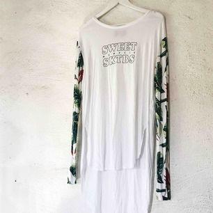 Fin tröja från Sweet SKTBS. Använd en gång. Jag köpte den som L pga ville att den skulle vara lite oversize - passar därmed alla storlekar. Kan såklart skicka fler bilder! Frakt tillkommer 🌹