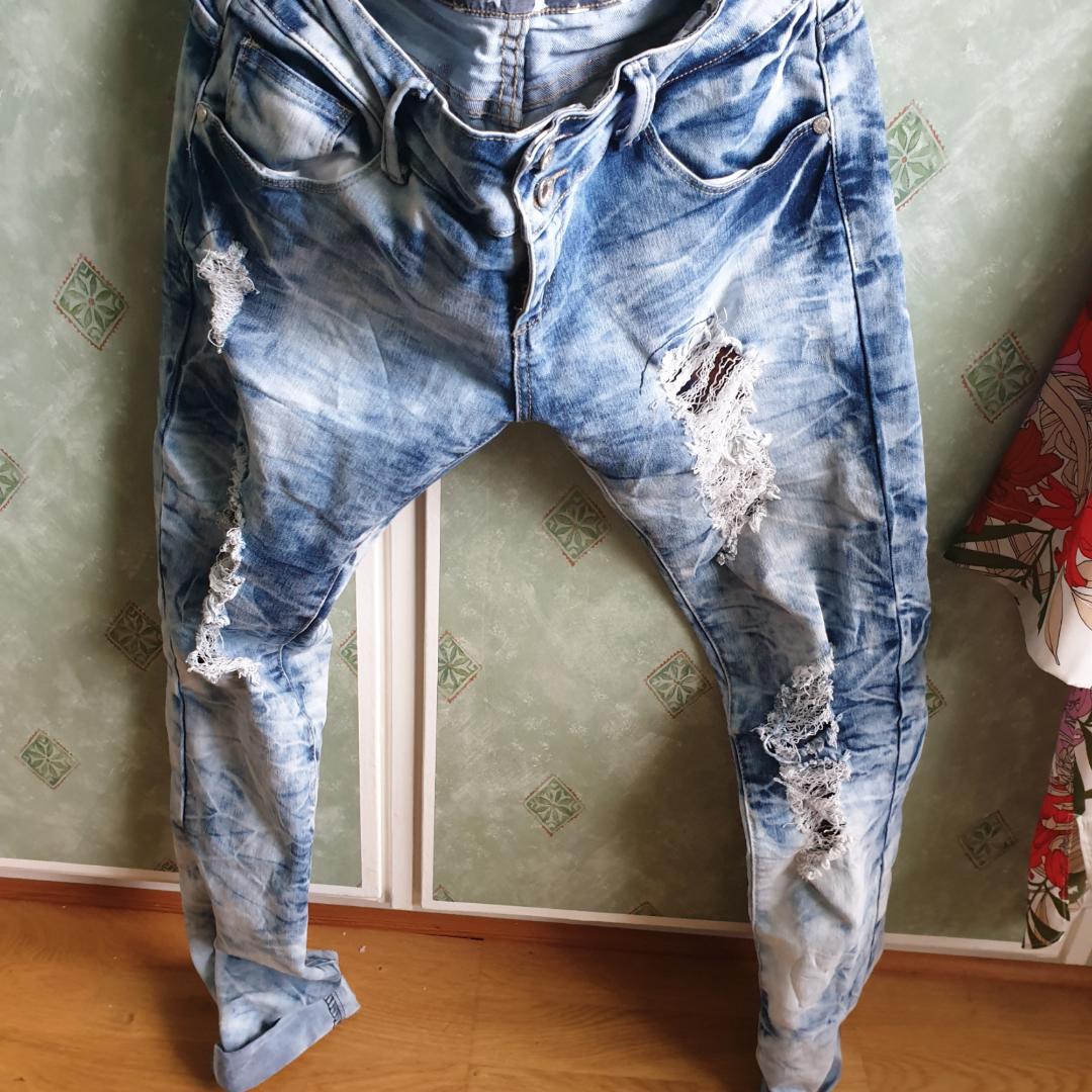 Byxor köpta från Gekås Ullared som jag sedan blekt därav är spetsen som är under hålen orangea på vissa ställen istället för blå. Priset går att diskutera och frakten är inte inkluderad.. Jeans & Byxor.
