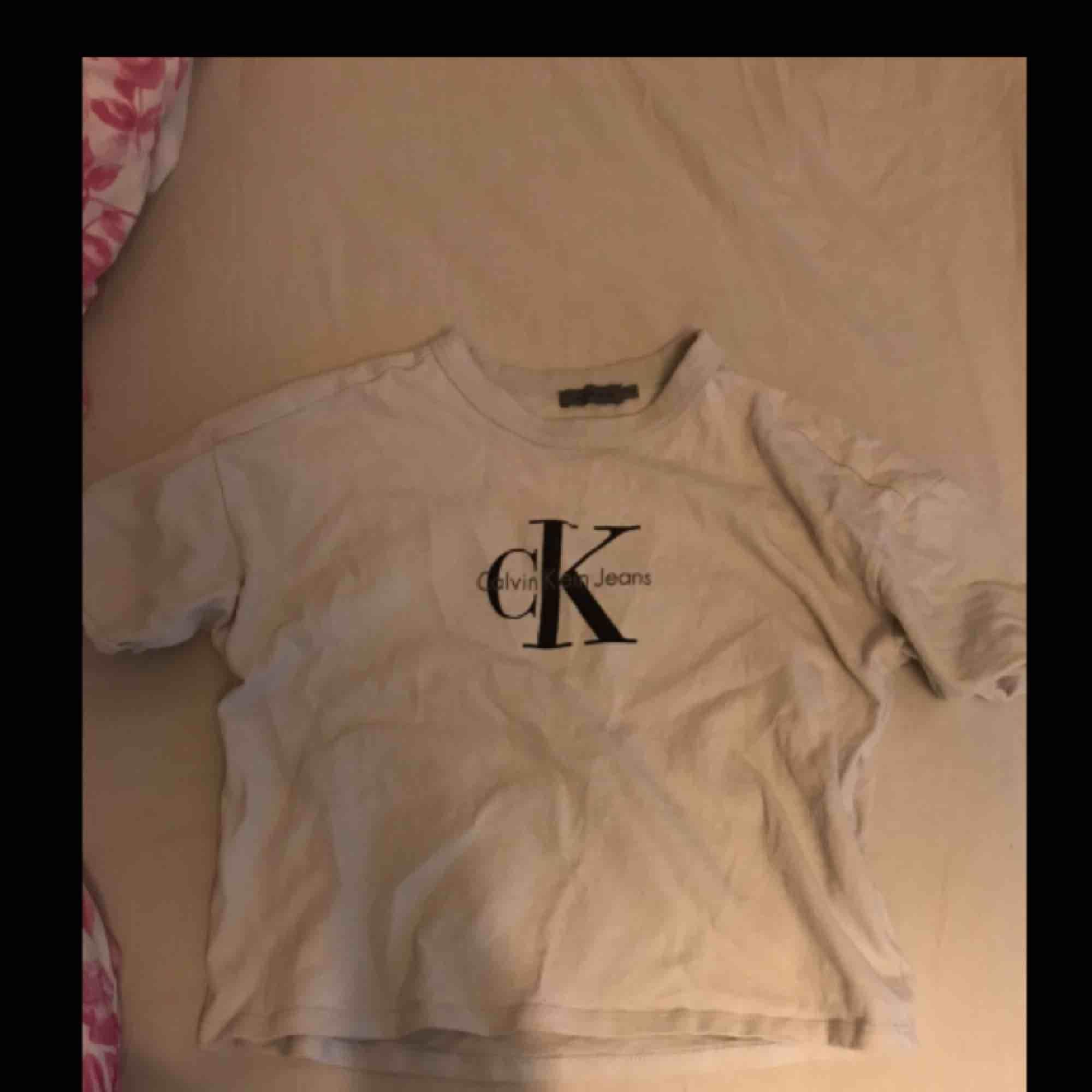 T-shirt från Calvin Klein i storlek xs  Köparen står för frakt. Jeans & Byxor.