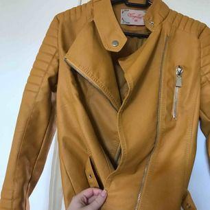 """Skinnjacka """"moto jacket"""" från Chiquelle, storlek 38 men passar även en 36a"""