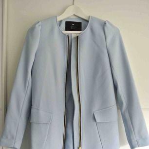 Fin ljusblå kappa perfekt till våren, aldrig använd. Storlek 34