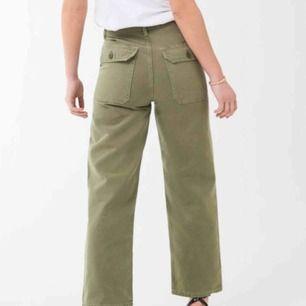 Dessa byxor finns i butik idag för 500kr  Säljer dom för att de är för små. Annars är de använda 1 gång. Köparen står för frakten.