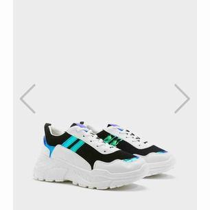 Precis nya skor helt oanvända. Säljer dem för jag inte kunde ha dem. De är nerpackade, därav är bilden från hemsidan.