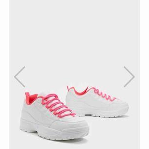 Beställde dessa men de passade inte. De är en 39 men passar mer som en 40. Bilden är från hemsidan eftersom att skorna är i förpackning.