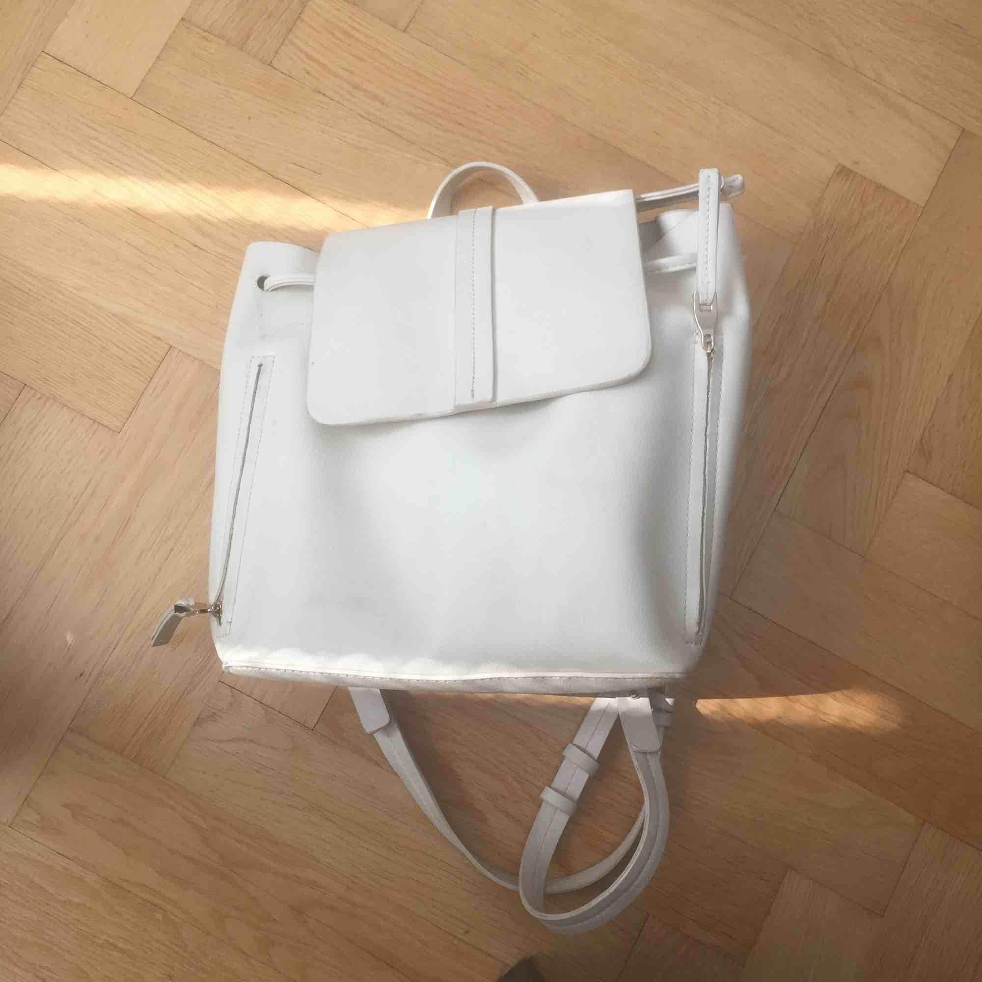 Jättesnygg ryggsäck i vitt fejk-läder, köpt här på Plick men kommer ej till användning då min dator inte fick plats (13 tum). . Väskor.