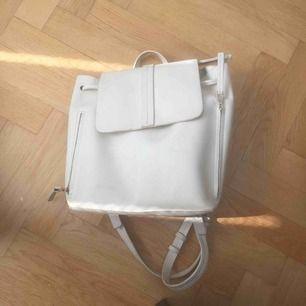 Jättesnygg ryggsäck i vitt fejk-läder, köpt här på Plick men kommer ej till användning då min dator inte fick plats (13 tum).