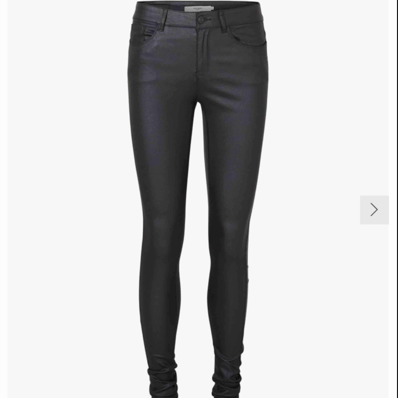 Jätte fina skinnbyxor köpta från vero Moda för 400 kr har använt de 2 ggr för de är för stora för mig så fr är så gått som nya, om ni vill ha fler bilder så är det bara att skriva det!. Jeans & Byxor.