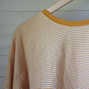 En oversized randig tröja. Storlek medium men passar mer som en large! Super skön🌿
