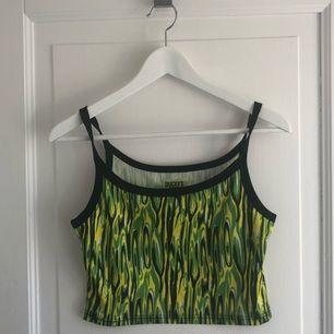 Färgglatt linne slutar stax ovanför naveln!  Spice Girls feeling!  20kr frakt  🌈