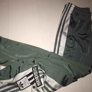 Skitsnygga gröna adidas track pants, med knappar på sidorna. Använda ett fåtal gånger, som nya!