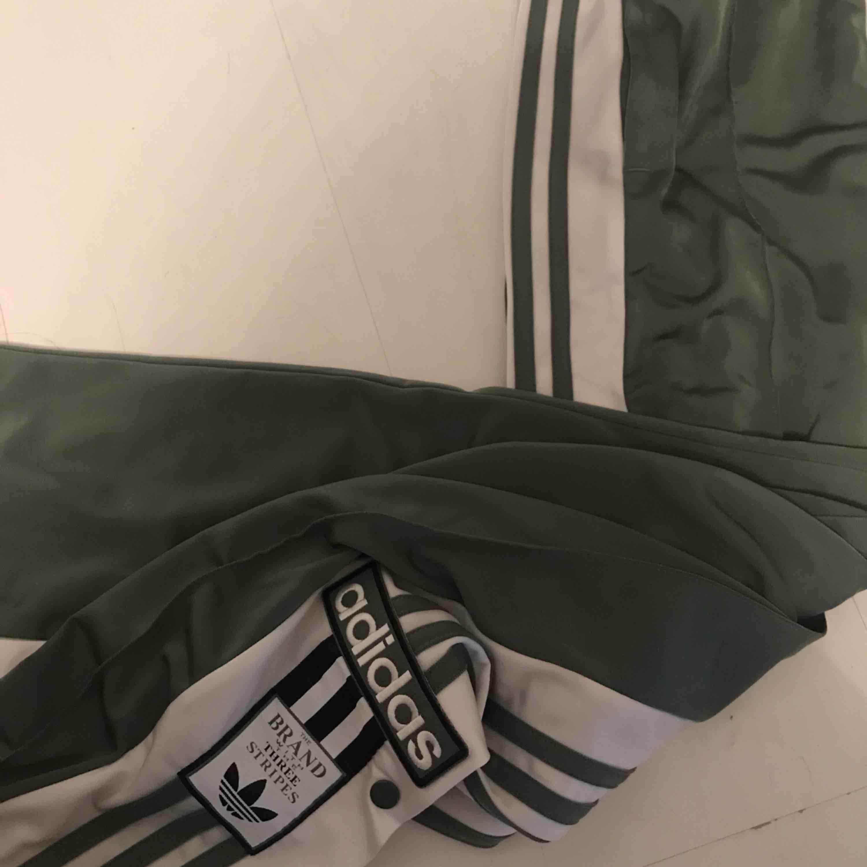 Skitsnygga gröna adidas track pants, med knappar på sidorna. Använda ett fåtal gånger, som nya! . Jeans & Byxor.