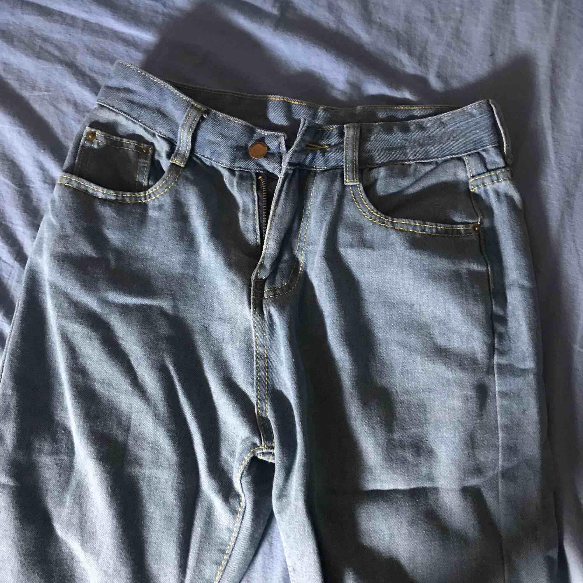 Mom jeans! Helt oanvända, säljer då dom är för små!  Köparen står för frakt. Jeans & Byxor.