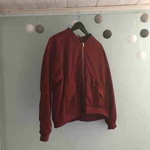 Helt ny monki jacka! Säljer då den är för stor! Nypris 400, köparen står för frakt!