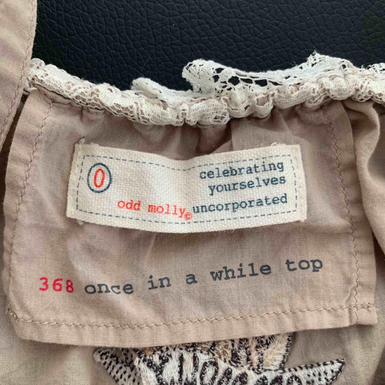 Säljer ett super fint beiget linne från ODD MOLLY. Storleken är 0 vilket motsvarar XS men skulle nog säga att det passar en S också. Möts upp i Stockholm men kan även frakta! ✨ Nytt pris: ca 600kr Mitt pris: 200kr. Toppar.