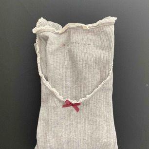 Snygg grå tröja från ODD MOLLY! Tröjan är i stl 0 vilket motsvarar XS, men den är stretchiga så funkar nog perfekt till en S också! 🤩 Möts upp i Stockholm men kan även frakta 🤗🌸 Ny pris: ca 600kr Mitt pris: 250kr