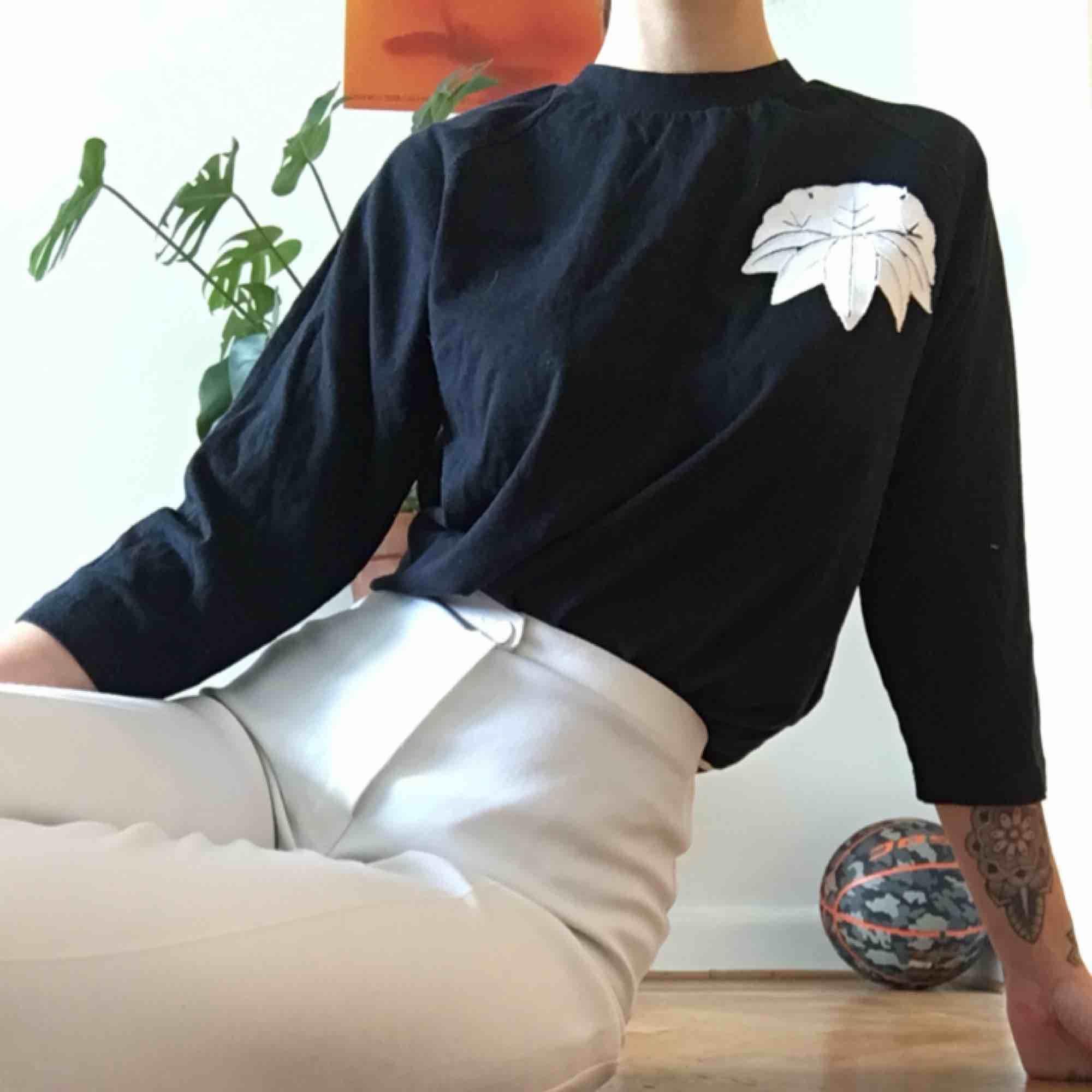 Ascool tröja inköpt i Tokyo!! Storleken står på japanska men gissar på det är en s, passar dock även både xs och m beroende på hur man vill passformen ska vara. Nyskick! . Toppar.