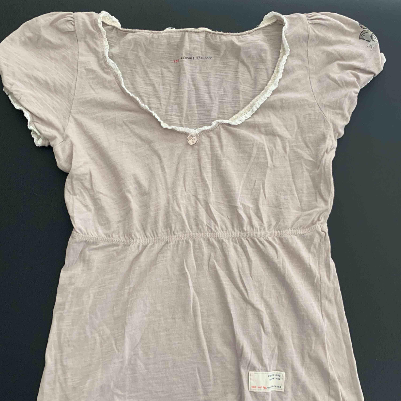 Söt t-shirt från ODD MOLLY i storlek 0 vilket motsvarar XS. Men passar nog även S. Möts upp i Stockholm eller fraktas! 💕  Nytt pris: ca 600kr Mitt pris: 250kr. Toppar.