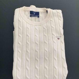 Säljer den populära kabel stickade tröjan från GANT i vit. Stl XS, men stretchig! 👌🏼 Möts upp i Stockholm men kan även frakta! 😍🌸 Ny pris: 1299kr Mitt pris: 320kr