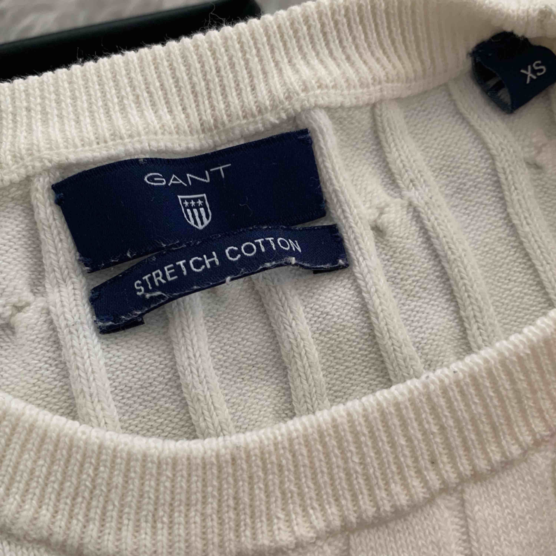 Säljer den populära kabel stickade tröjan från GANT i vit. Stl XS, men stretchig! 👌🏼 Möts upp i Stockholm men kan även frakta! 😍🌸 Ny pris: 1299kr Mitt pris: 320kr. Stickat.
