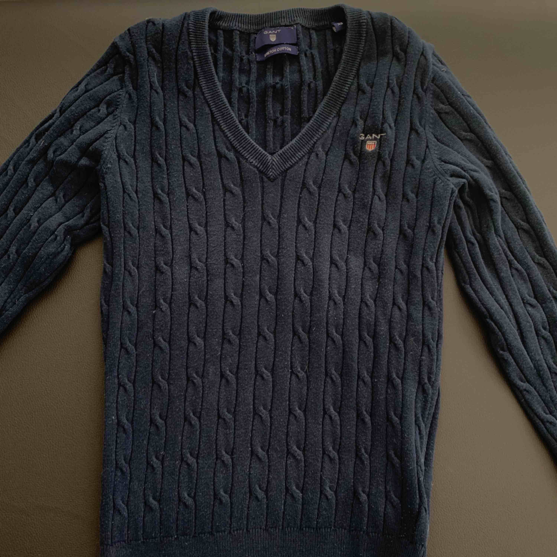 Fin tröja från GANT. Marinblå kabel stickad och V-ringad! Storleken är XS men den är stretchig. Möts upp i Stockholm eller fraktar! 🎉 Nytt pris: 1299kr Mitt pris: 290kr. Stickat.