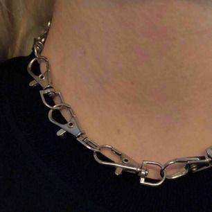snyggt halsband/choker gjord på karbinhakar! priset är inkl. frakt! <3
